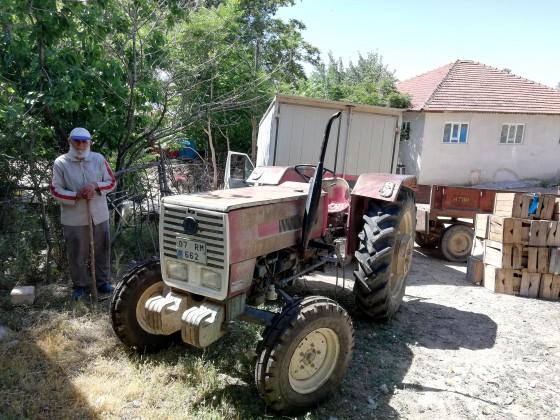 Küçükköyde traktör lastiği montajı