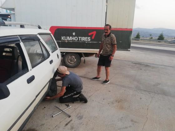 İzmir yolunda lastik tamiri