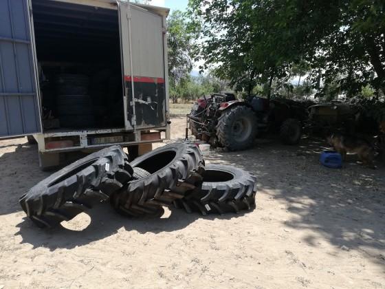 Büyükköyde traktör yeni lastik montajı