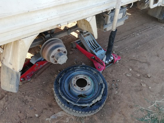 Yolda yeni lastik montajı