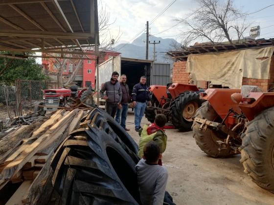 Aşağı karamanda 4 traktör yeni lastik montajı