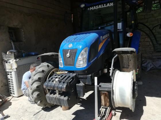 Avdan mahallesinde traktör lastik değişimi